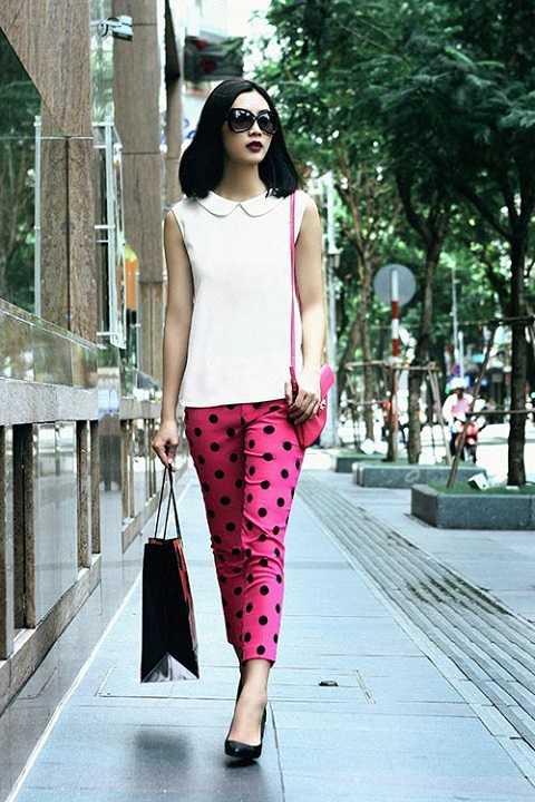 Quần chấm bi màu sắc tươi tắn vô cùng trẻ trung thích hơp cho những buổi lang thang dạo phố cùng bạn bè.