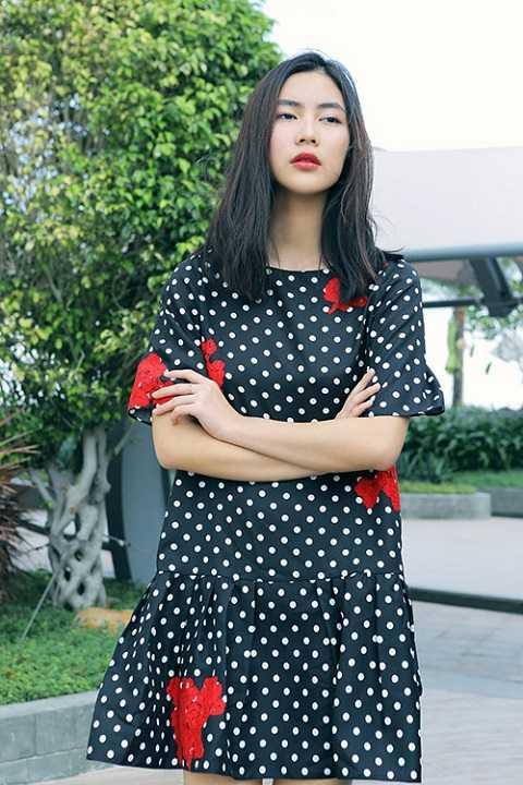 Với trang phục này, Helly Tống đã mang lại một cảm xúc sâu lắng về sự hoài cổ, vẻ kín đáo giản dị vốn có của phụ nữ phương Đông.