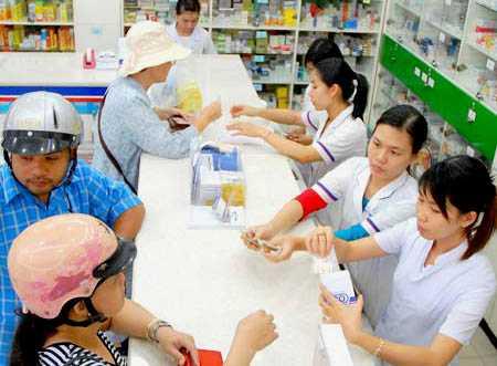 Người dân dễ dàng mua được thuốc ngoài cửa hàng khi không cần kê đơn của bác sĩ