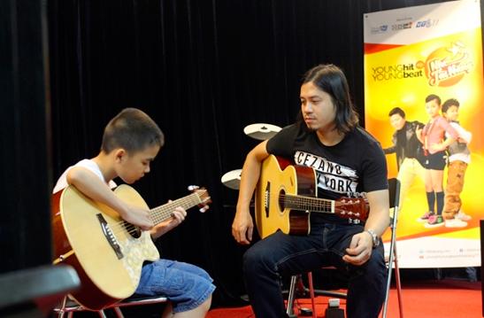 Ngoài tập luyện với Nhật Thủy và Mỹ Linh,   các thí sinh cũng được nhiều chuyên gia về từng lĩnh vực hỗ trợ cho phần   trình diễn của mình.