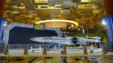 Chiếc phi cơ chiến đấu X-Wing được đặt tại sân bay Changi của Singapore.