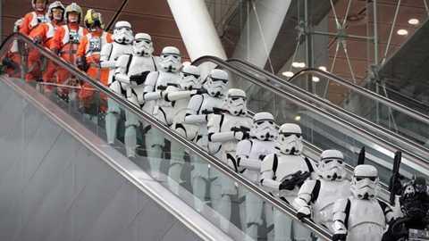 Binh đoàn vũ trụ tràn ngập sân bay, đi lại rầm rập như sắp có chiến sự