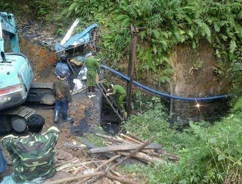 Lực lượng chức năng đang tiếp cận hiện trường vụ sập lò than tìm kiếm 2 nạn nhân mắc kẹt