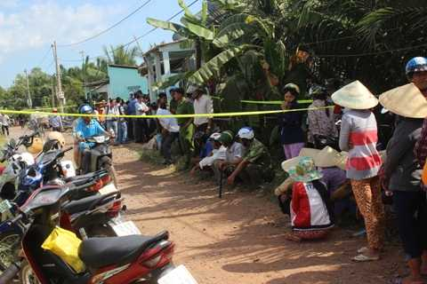 Hiện trường bên ngoài ngôi nhà xảy ra vụ thảm án.