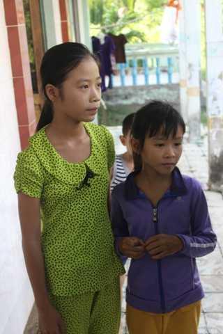 Bé Như vẫn chưa tin mẹ và 2 em mình đã chết.