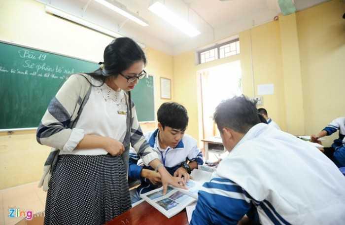 Mỗi buổi sáng, nữ giáo viên đến trường từ 6h30, chuẩn bị cho những tiết học. Hiện, Thu Liên dạy cả lớp thường, lớp chuyên và tham gia ôn thi đội tuyển quốc gia. Trước đây, cô cũng là học sinh của mái trường này.