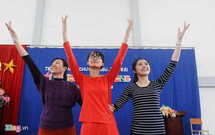 Sau khi công việc giấy tờ kết thúc, nữ thạc sĩ sinh năm 1991 thay trang phục thoải mái hơn để cùng các cô giáo trong trường tập múa, chuẩn bị biểu diễn trong dịp 20/11 và chào mừng Trường THPT Chuyên Nguyễn Trãi nhận Huân chương Lao động hạng nhất.