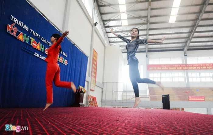 Từng đoạt danh hiệu Hoa khôi Áo dài Đại học Sư phạm Hà Nội, là thành viên gạo cội của Hội Thanh niên vận động hiến máu Hà Nội, cô Liên dễ dàng bắt nhịp và hướng dẫn cho cô giáo khác cùng tập thể.