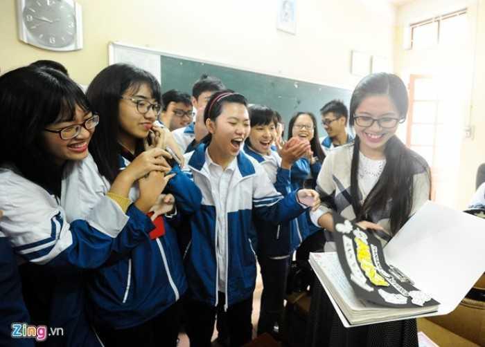 Để chuẩn bị cho ngày 20/11, Đoàn trường phát động phong trào làm tập san. Cô giáo 9X không giấu nổi niềm hạnh phúc khi nhận được những sản phẩm chan chứa tình cảm của học trò.