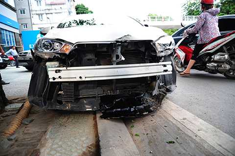 Chiếc xe Yaris bị hư hỏng nặng phần đầu