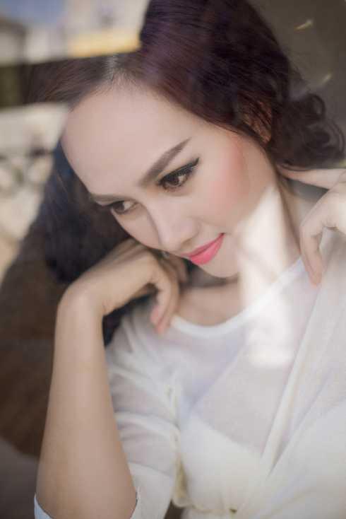 Luôn hướng đến hình   ảnh nhẹ nhàng, diu dàng nhưng trong bộ ảnh mới của mình, á hậu Kim Duyên   đã khoe vẻ đẹp gợi cảm chỉ với chiếc áo sơ mi trắng.