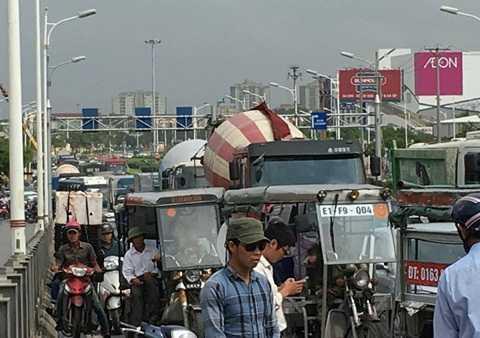 Đường dẫn lên cầu Vĩnh Tuy ùn tắc do vụ tai nạn