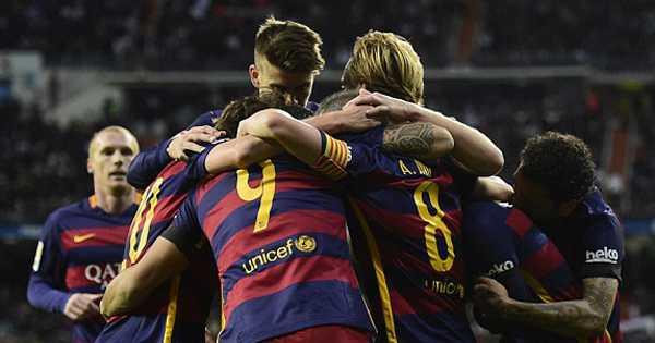 Cầu thủ Barca ăn mừng bàn thắng