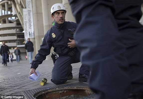 Cảnh sát kiểm tra cống ngầm đề phòng bom nổ