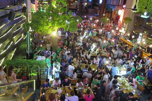 """Cả trăm thanh niên giải trí lúc gần giữa đêm tại nhà hàng hoạt động như """"vũ trường"""" lộ thiện"""