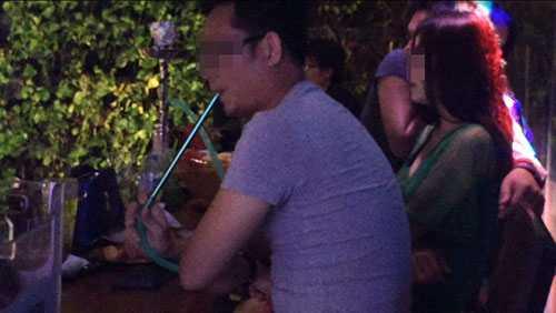 """Một vị khách hút shisha trong """"vũ trường lộ thiện"""" Pocpoc Beer Garden"""