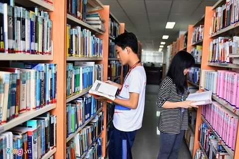 Thư viện nằm trên 2 tầng và chia thành khu truyền thống và điện tử. Trường trang bị hơn 10.000 đầu sách trong khu truyền thống và 200 máy tính. Ngoài ra, sinh viên còn được trang bị phòng đọc, phòng tự học, khu thảo luận nhóm. Đại học Tôn Đức Thắng đang xây dựng nhà thư viện 6 tầng với đầy đủ tiện nghi hoạt động 24/7