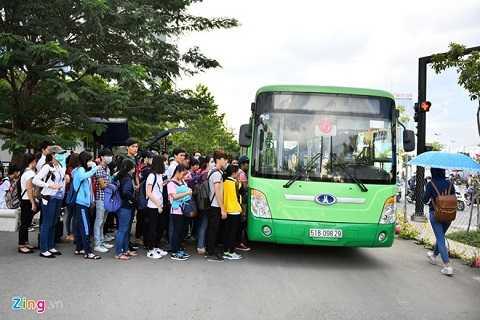 Trường có bến xe bus riêng để tạo điều kiện thuận lợi cho việc tới lớp của sinh viên.