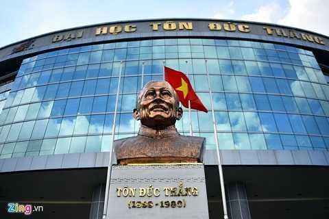 Bức tượng Bác Tôn trong trường. Anh Tuấn chia sẻ, mục tiêu của đại học này là phấn đấu trở thành điểm đến của TP HCM vì nét hiện đại và tiêu biểu của một cơ sở giáo dục công lập.