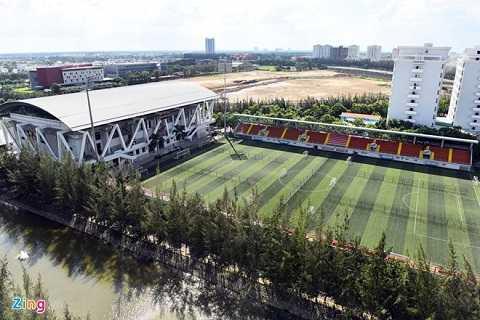 Sân bóng với 7.500 chỗ ngồi. Hệ thống chiếu sáng hiện đại, phục vụ truyền hình trực tiếp vào ban đêm, đáp ứng yêu cầu các giải đấu cấp quốc gia và quốc tế.
