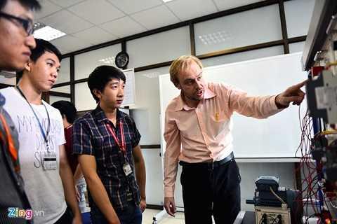 Giáo viên nước ngoài hướng dẫn sinh viên thực hành về điện. Theo thầy Đặng Ngọc Minh Đức, Trưởng phòng thí nghiệm khoa Điện - Điện tử, trang thiết bị thực hành của nhà trường rất gần với doanh nghiệp. Điều này giúp học sinh tiếp cận công cụ lao động, có thể làm việc ngay khi ra trường.