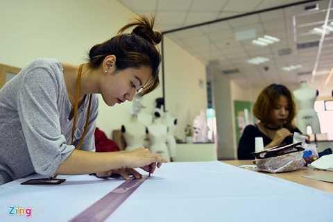 Nữ sinh Đại học Tôn Đức Thắng trong giờ thực hành may. Anh Nguyễn Tuấn Anh, cán bộ nhà trường, cho biết, mức học phí của Đại học Tôn Đức Thắng khoảng 15 triệu đồng một năm.