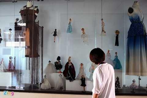 Sản phẩm của sinh viên được trưng bày ở hành lang tầng 10 của tòa nhà D.
