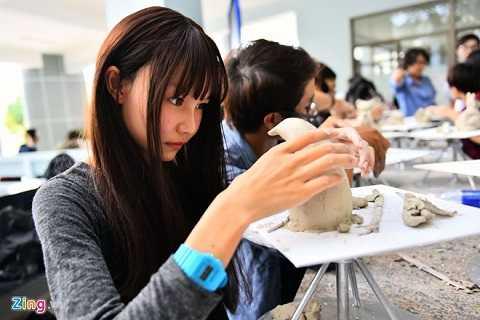 Sinh viên tạo hình chim cánh cụt trong giờ thực hành. Mỗi khoa đều có ngày lễ hội truyền thống. Đối với ngành Mỹ thuật, ngày này diễn ra vào 17/11, dịp để sinh viên trình diễn nghệ thuật, trưng bày và bán các sản phẩm tự làm nhằm gây quỹ.