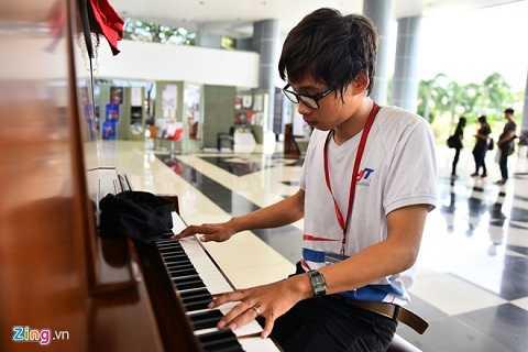 Trường có 5 đàn piano phục vụ các bạn trẻ. Sinh viên có thể chơi đàn lúc rảnh, nghỉ giải lao.