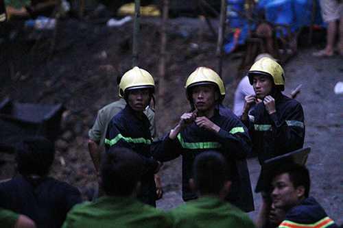 Một tốp lính cứu hỏa chuẩn bị thay ca tối tìm kiến nạn nhân vụ sập hầm lò ở huyện Tân Lạc (Hòa Bình) - Ảnh: Nam Trần