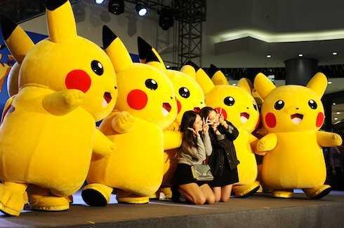 Các bạn trẻ háo hức chụp ảnh cùng Pikachu.