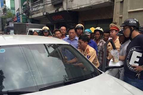 Trung tá Thanh cố thuyết phục tài xế