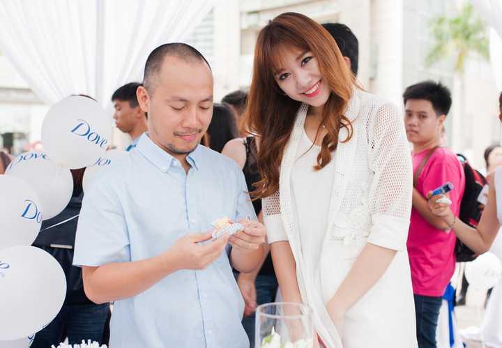 Còn Hari Won chia sẻ, mẫu người yêu lý tưởng của cô phải cao ít nhất 1m83, vì cô muốn khi mình mang giày cao gót vẫn phải thấp hơn người đó. Cô không ngờ là cuối cùng lại yêu một người thấp hơn mình như Tiến Đạt.