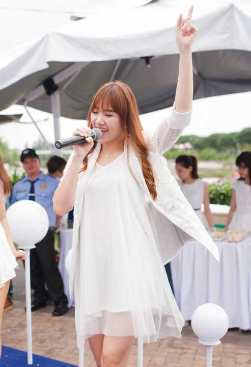 Tham gia làm khách mời trong sự kiện, Hari Won góp vui với hai ca khúc quen thuộc