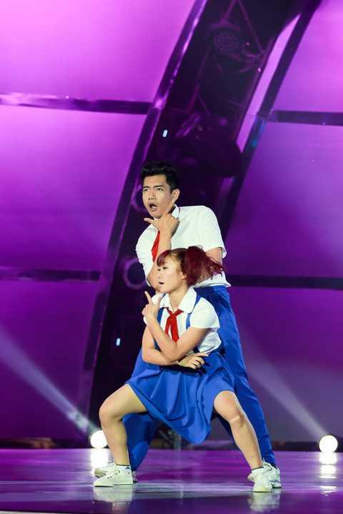 Tuy nhiên, vào đầu tuần, nam vũ công bị sốt liên tục, chấn thương phần lưng kèm lịch làm việc dày đặc khiến anh gần như kiệt sức. Dù vậy, anh vẫn nỗ lực hết mình để hỗ trợ đàn em trong giai đoạn cuối của cuộc thi.