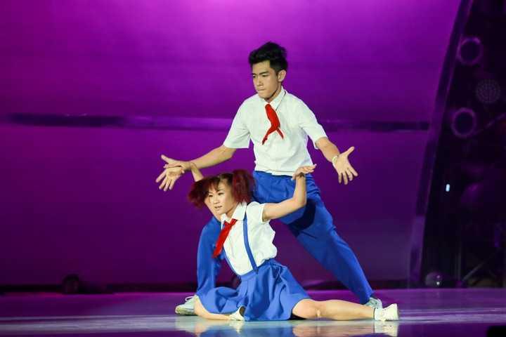 Trên sân khấu, Quang Đăng và Trâm Anh mang đến một tiết mục đậm chất hiphop. Hoá thân thành đôi học sinh tinh nghịch, họ kết hợp ăn ý qua những động tác nhanh, mạnh hay tổ hợp bưng bê, xoay vòng trên không.