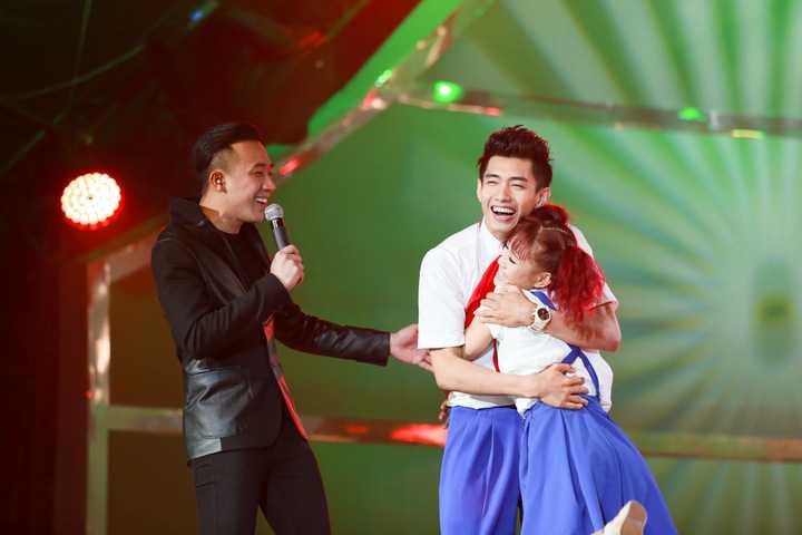 Bản thân MC Trấn Thành cũng bày tỏ tình cảm yêu mến dành cho bài nhảy và đặc biệt với Quang Đăng. Là người dẫn dắt chương trình từ suốt nhiều năm liền, Trấn Thành tâm sự ở mùa giải đầu tiên, việc Quang Đăng lọt top 20 gây nhiều ý kiên trái chiều cùng lý do khả năng của anh chưa thật sự nổi bật.