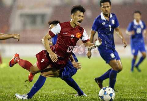 Văn Thành rời sân vì bị đau sau tình huống va chạm với cầu thủ U21 Thái Lan (Ảnh: Quang Minh)