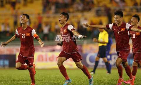 Xuân Mạnh (số 7) ấn định chiến thắng 4-2 cho U21 Việt Nam (Ảnh: Quang Minh)