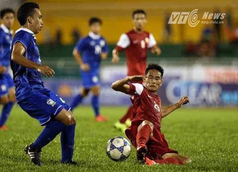 Hàng thủ U21 Việt Nam chơi chủ quan ở cuối hiệp 1 và phải trả giá (Ảnh: Quang Minh)