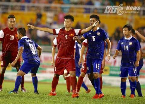 Văn Thành (số 9) mở tỷ số cho U21 Việt Nam (Ảnh: Quang Minh)