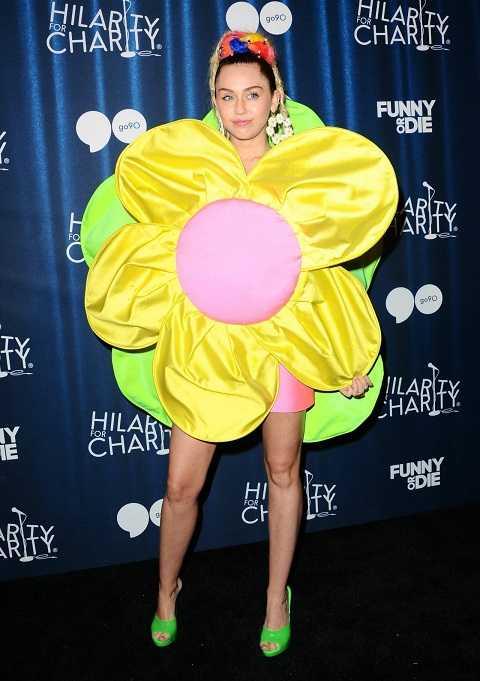Miley Cyrus che giấu đường cong gợi cảm qua trang phục không khác gì bông hoa rực rỡ tại sự kiện từ thiện James Franco's Bar Mitzvah 2015.