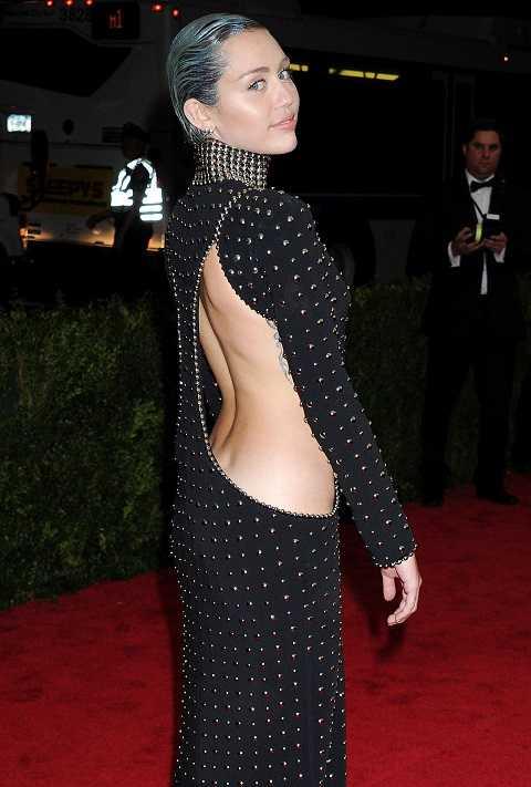 Tại Met Gala 2015, Miley Cyrus trông khá ngầu với phong cách punk rock. Đầm cut-out nút đóng lia chia của Alexander Wang cùng mái tóc vuốt ngược, phủ kim tuyến.