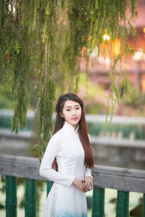 Cô cho biết năm 14 tuổi đã phải nghỉ học để phụ giúp cha mẹ. Quỳnh đã thử sức với kinh doanh và may mắn được các bạn bè ủng hộ. Ngoài ra, Quỳnh còn nhận lời mời tham gia chụp ảnh.