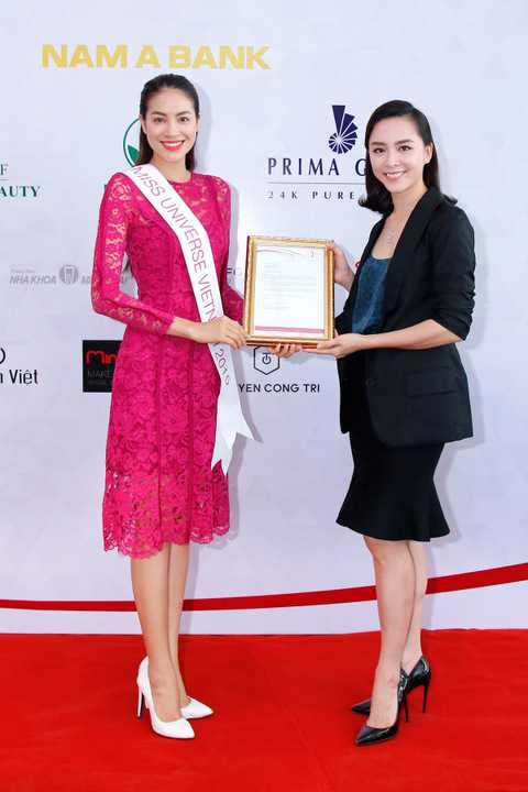 Tại buổi gặp gỡ trao giấy mời của tổ chức Miss Universe cho đại diện Việt Nam là hoa hậu Phạm Hương, á hậu Thiên Lý đã trao đổi những thông tin quan trọng cho Phạm Hương trước giờ lên đường dự thi.
