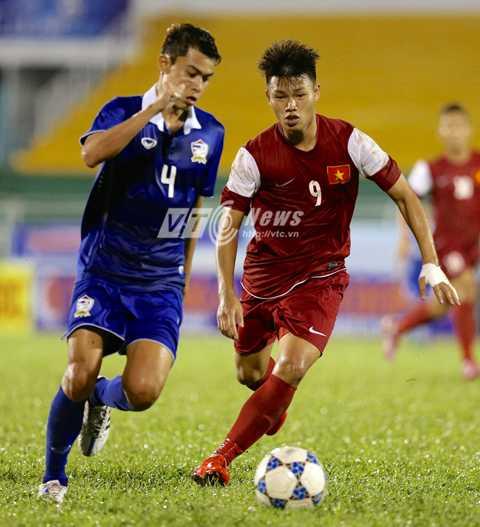 Phạm Văn Thành (số 9) được bố trí đá tiền đạo cắm trên hàng công U21 Việt Nam (Ảnh: Quang Minh)