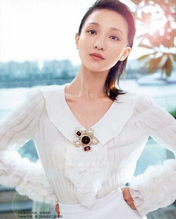 Châu Tấn không thuộc hàng quốc sắc thiên hương, vóc dáng lại khá nhỏ nhắn. Nhưng cô mê hoặc đối phương bởi sự tự tin và duyên dáng.