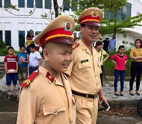 Đại tá Lê Ngọc, Trưởng Phòng CSGT, Công an Đà Nẵng và chiến sĩ CSGT nhí Đỗ Tuấn Dũng trong ngày sinh nhật đầy ý nghĩa