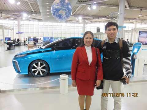 Thí sinh Nguyễn Bá Chung và mẹ tại Trung tâm trưng bày Mega Web của Toyota