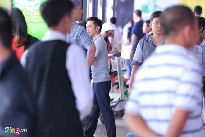 Tại sân bay, cặp đôi ăn mặc khá giản dị. Cường Đô La đơn giản với áo thun quần tây.Đại gia phố núi tỏ ra rất ga lăng và chăm sóc người tình trẻ khi tự tay lấy hành lý.